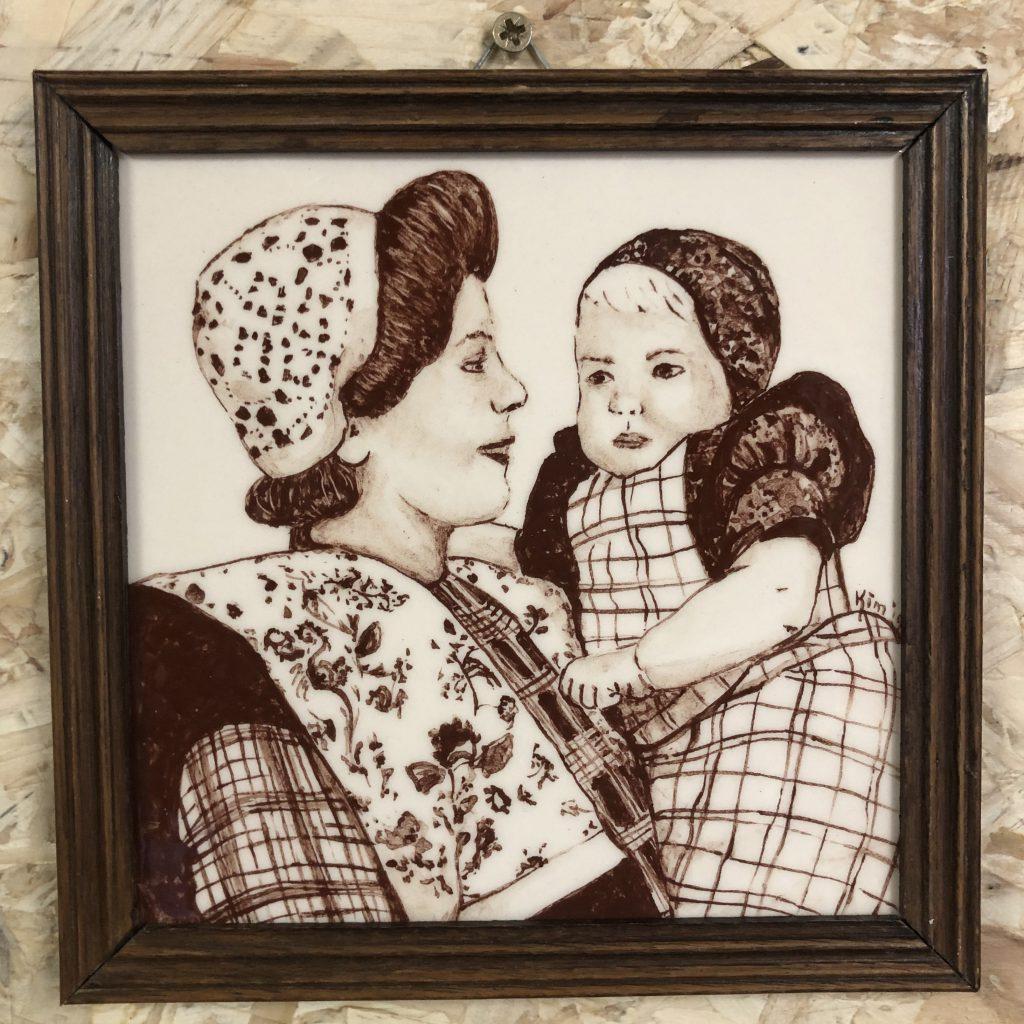 Darpse tegel Moeder en kind (sepia)